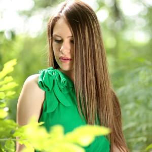 predlzene vlasy brunetka v prirode